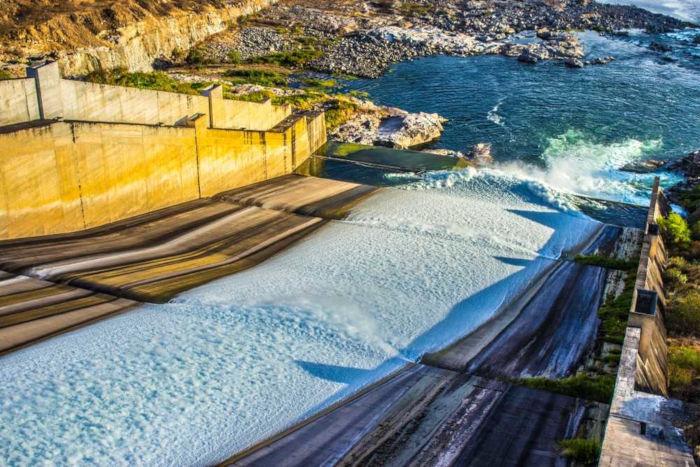 No Rio São Francisco, foram instaladas várias usinas hidrelétricas, como a Usina de Xingó.