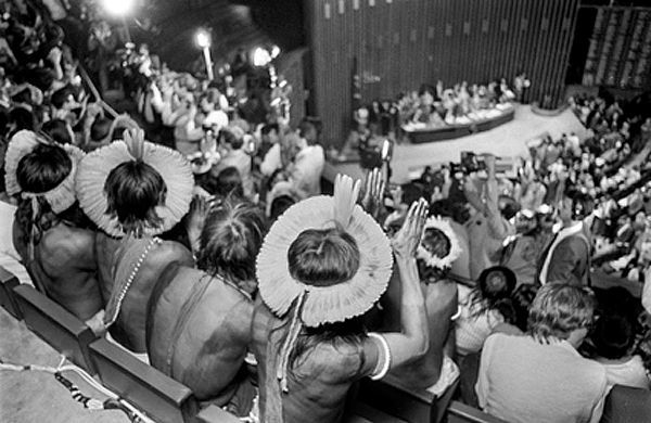 Indígenas acompanhando, na galeria, a sessão da Constituinte.**