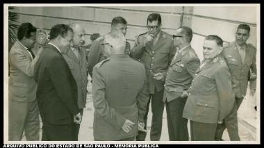 Presidente João Goulart entre militares. Entre eles, Castello Branco, participante do golpe militar de 1964 *