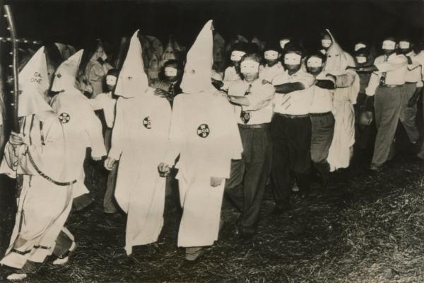 Cerimônia de iniciação da Ku Klux Klan, em Atlanta, em junho de 1949.