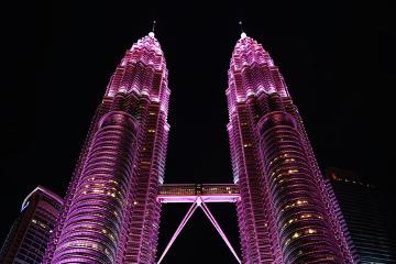 Iluminação rosa em Kuala Lumpur, Malásia, lembra a importância do conhecimento sobre o câncer de mama *