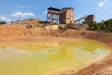 Lago contaminado por componentes químicos resultantes da mineração