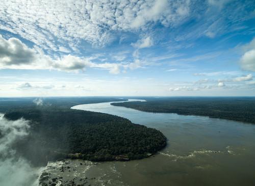 O Rio Iguaçu é um limite natural que divide os territórios do Brasil e da Argentina