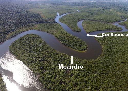 Os meandros são as curvas que o rio faz, e a confluência é o encontro de dois ou mais rios