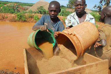 Crianças trabalhando em uma mina de ouro na Tanzânia *