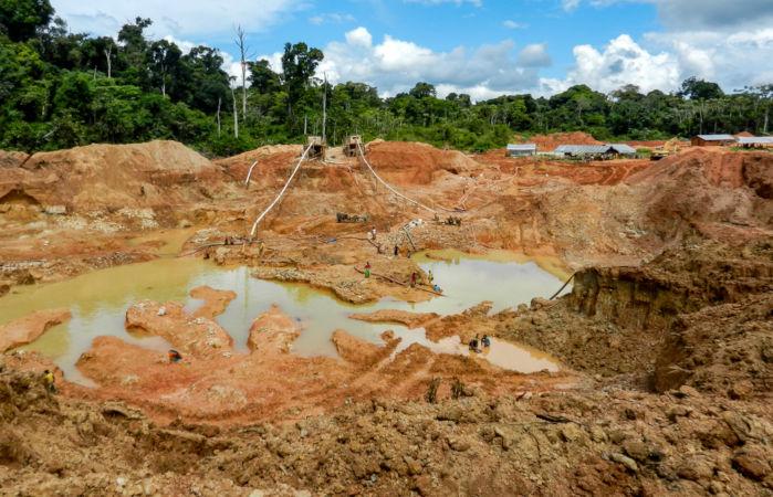 A mineração do ouro pode ser feita por meio do método de lavra a céu aberto.