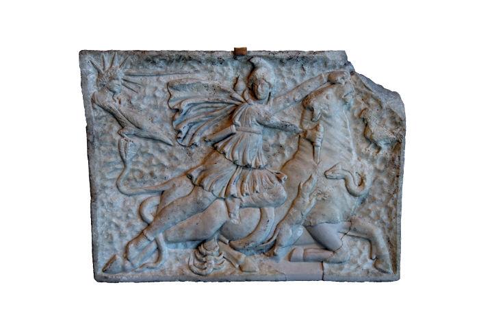 Mitra era um importante deus adorado pelos romanos e teria nascido em 25 de dezembro.*
