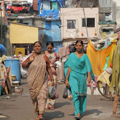 Mulheres habitando uma região pobre da cidade de Mumbai