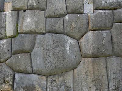 No detalhe é possível perceber a perfeição do encaixe das pedras em Sacsayhuaman