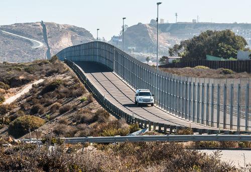O muro que separa o México dos Estados Unidos é um limite artificial e foi construído com a finalidade de ser uma linha divisória entre esses países
