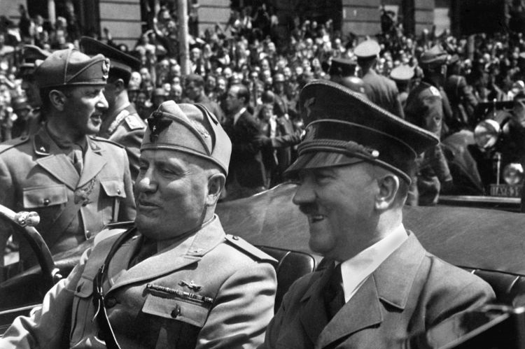 Benito Mussolini e Adolf Hitler foram líderes do fascismo e nazismo, respectivamente.*