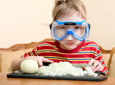Um truque para não chorar ao cortar cebola é usar óculos de mergulho