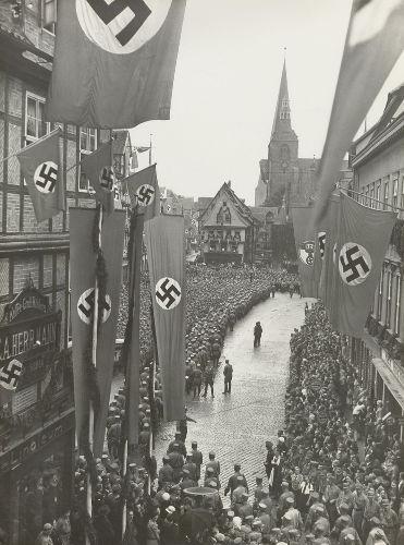 O regime nazista, por meio da doutrinação, conseguiu conquistar as massas na Alemanha e em outros países da Europa.*