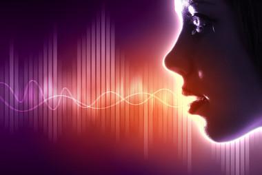 Como o hélio é menos denso que o nitrogênio, as ondas sonoras propagam-se mais rápido, com comprimentos de onda menores