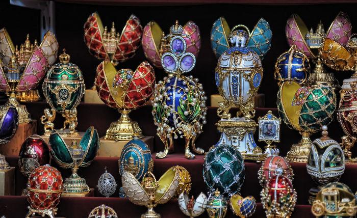 Ovos Fabergé, objetos valiosos cuja produção começou com Alexandre III, que contratou um joalheiro para produzir um ovo enfeitado para sua esposa.*