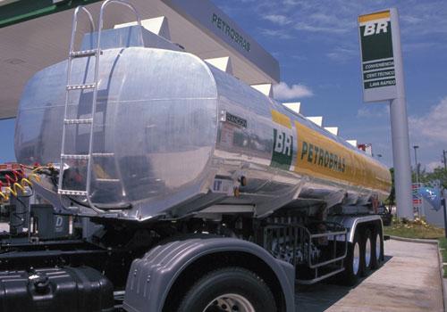 Caminhões tanque tem suas extremidades arredondadas para que as cargas não se acumulem em uma das pontas.