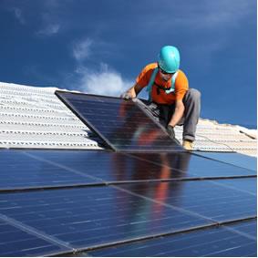 Instalação de painéis solares fotovoltaicos de energia alternativa no telhado