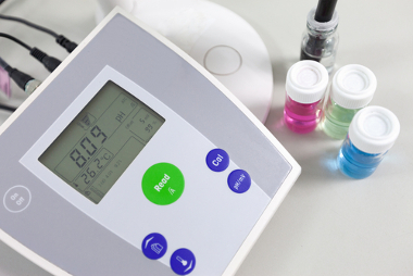 PHmetro usado em laboratório para medir o pH de uma solução básica
