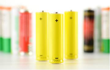 As pilhas alcalinas possuem como eletrólito uma base