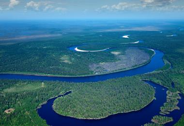 """Em áreas de planície, os rios costumam apresentar mais """"curvas"""", chamadas de meandros"""