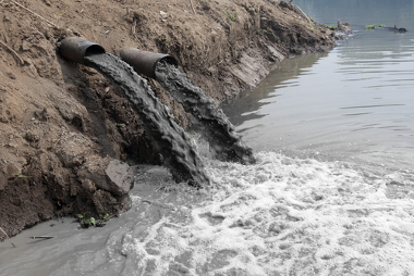 O depósito de esgoto é uma das principais causas da poluição de rios em áreas urbanas