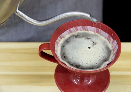 No preparo do café, sempre se forma uma solução saturada