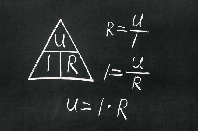 Para calcular a Primeira Lei de Ohm, basta excluir a variável que você desconhece no triângulo.
