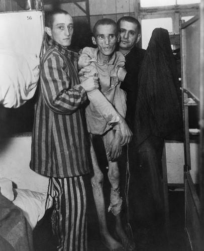 Prisioneiro judeu que estava com disenteria e foi libertado pelos americanos do campo de Flossenburg em 1945.***