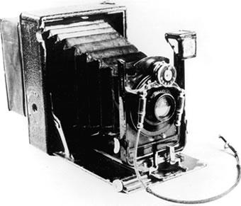 A câmara escura pode se comparar a uma máquina fotográfica bem rudimentar