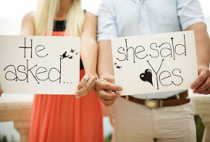 Ele pediu... Ela aceitou.