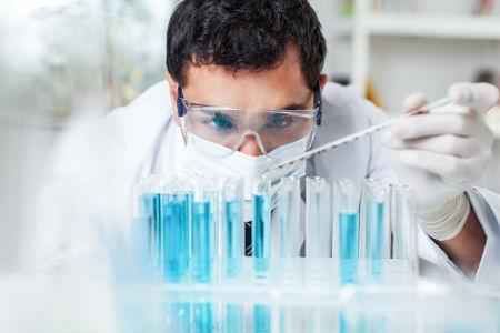 Uso de luva, jaleco e óculos em laboratório