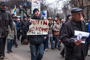Manifestantes vão às ruas, na cidade de Kahrkov, em oposição à ocupação russa na Crimeia ¹