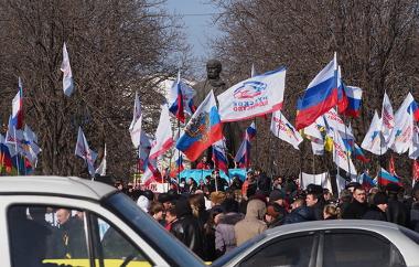 Manifestantes favoráveis à intervenção da Rússia na cidade de Lugansk ²
