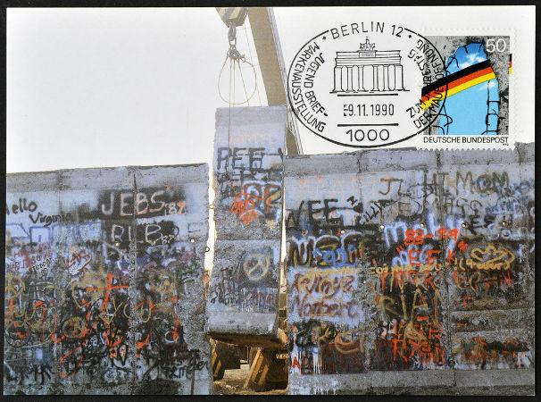 A queda do Muro de Berlim, em 1989, simbolizou o fim da Alemanha Oriental e deu início à reunificação alemã.*