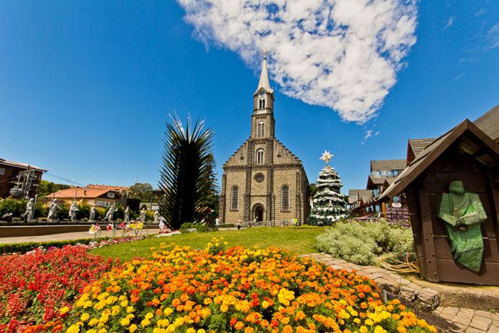 Gramado é uma das cidades que mais atraem turistas no Brasil devido às suas belas paisagens.