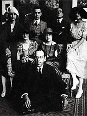 Mário de Andrade (sentado), Anita Malfatti (sentada, ao centro) e Zina Aita (à esquerda de Anita)