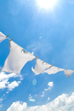 Roupas secando no varal – exemplo de processo físico endotérmico