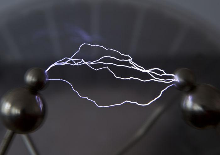 Os raios formam-se quando o ar passa a conduzir a corrente elétrica.