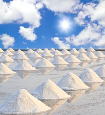 Evaporação de água em salinas para obtenção do sal de cozinha.