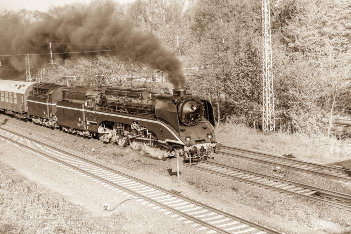 Uma das invenções na Segunda Revolução Industrial foi a locomotiva.