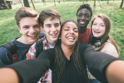 O termo selfie tem origem inglesa e é um neologismo criado a partir da expressão self-portrait, que significa autorretrato