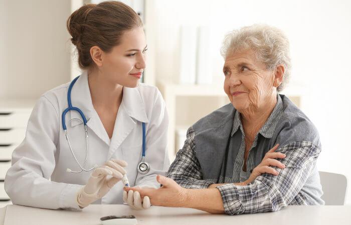 O diabetes mellitus tipo 2 é comum em pessoas com idade acima dos 50 anos.