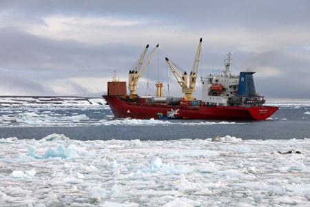 A construção de portos e a navegação no Oceano Glacial Ártico (Sibéria) têm permitido o desenvolvimento econômico no clima polar *