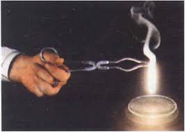 Reação de síntese entre o oxigênio e o magnésio produzindo o óxido de magnésio
