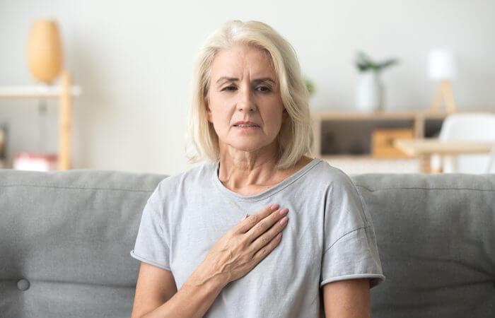 A dor no peito é o principal sintoma do infarto, porém não é o único. Idosos, muitas vezes, não sentem dor.