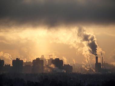 Nuvem de poluição vinda de indústrias que pode formar o smog industrial