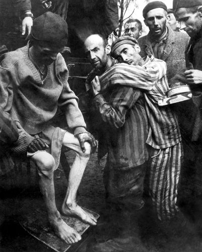 Prisioneiros do campo de concentração de Wobbelin resgatados em 1945.*