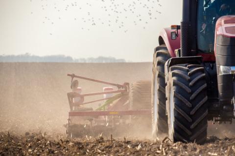 A mecanização da agricultura aumentou a produtividade e reduziu custos de produção, mas também trouxe consigo impactos ambientais