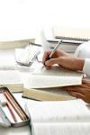 Leitura e escrita são dois processos indissociáveis. Quem quer escrever bem, precisa dedicar parte de seu tempo à leitura dos diversos gêneros textuais