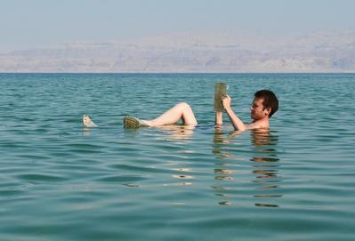 Os turistas adoram flutuar nas águas do Mar Morto, que possui alguns efeitos medicinais sobre a pele